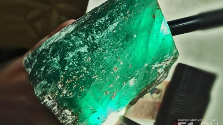 Изумруд-гигант, найденный на прииске в Свердловской области, назвали«Марьин дар»