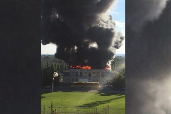 В городе-спутнике тушат пылающий спортзал на стадионе имениЛогинова