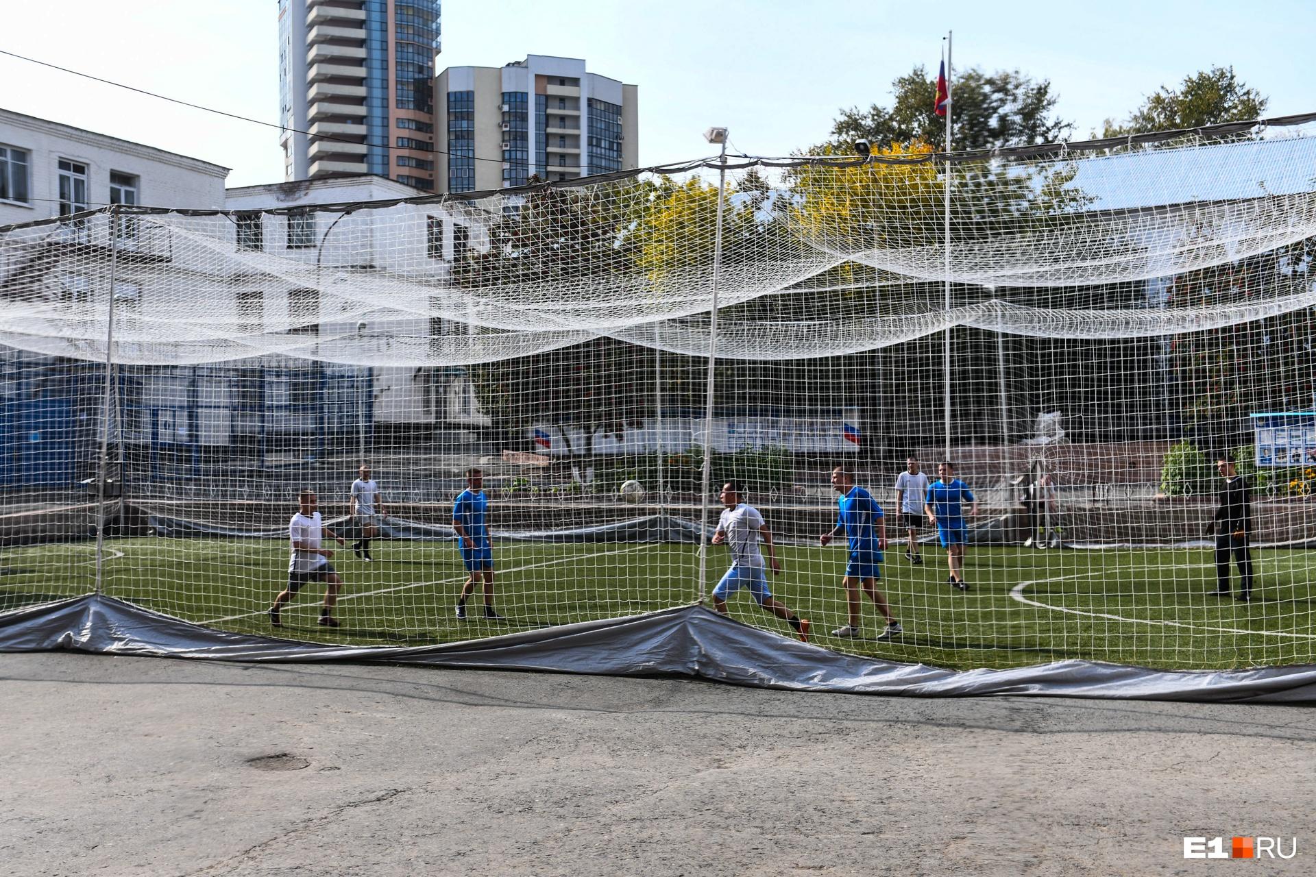 Во дворе заключенные играют в футбол. Жаль, что не в майках Кокорина и Мамаева