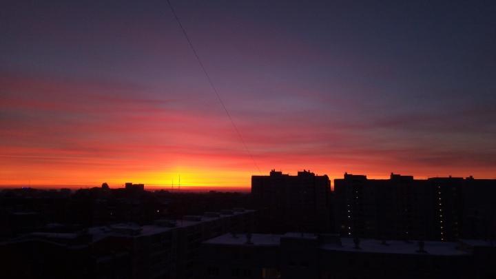 Огненно-алый рассвет: смотрим 15 кадров восхода солнца в небе над Тюменью