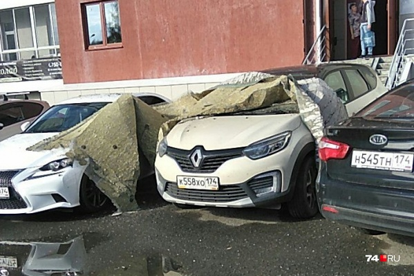 По словам очевидцев, у одной машины оказалась помята крыша
