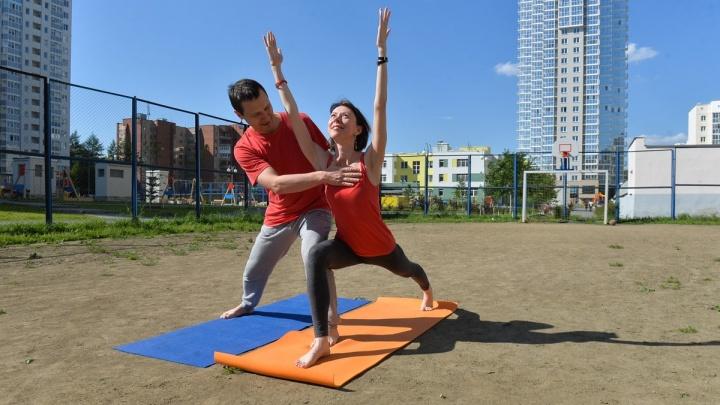 Дружим дворами: два инструктора по йоге научили соседей по Втузгородку дышать и расслабляться