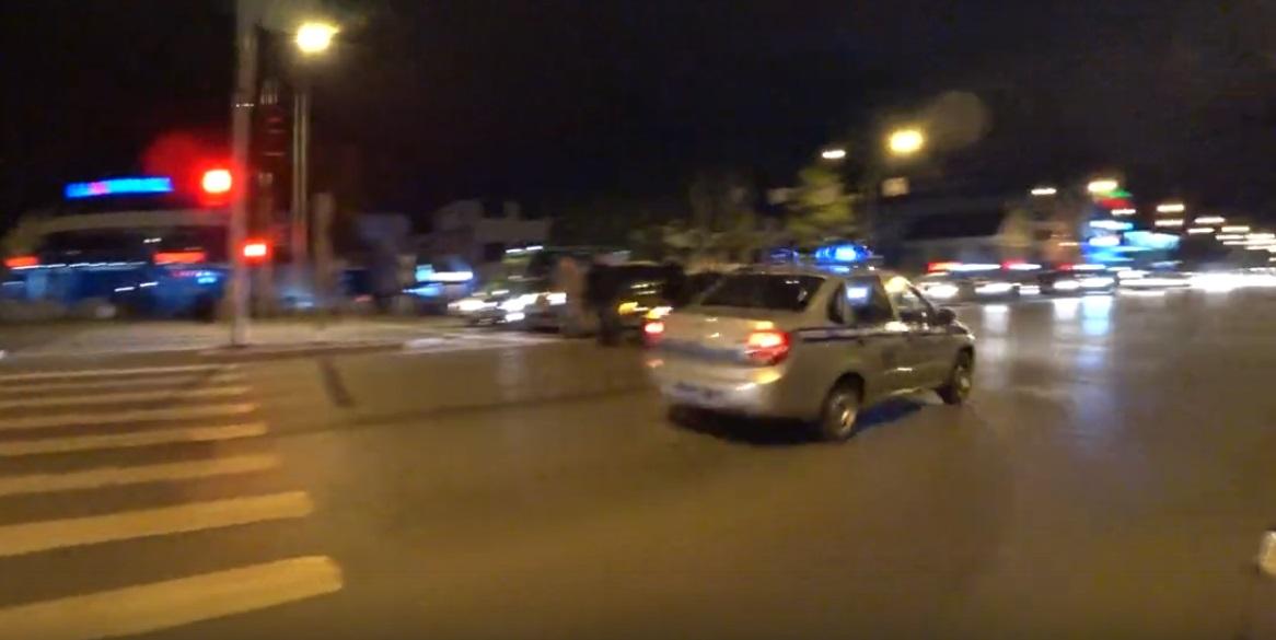 Вслед за скрывшимся Nissan уехали полицейские