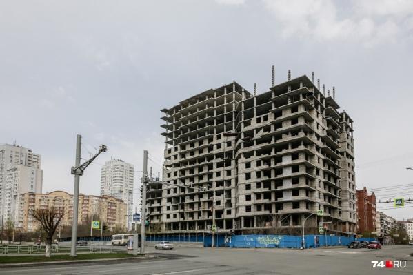 Строить высотку на улице Братьев Кашириных начали ещё в 2009 году, но работы остановили из-за банкротства компании