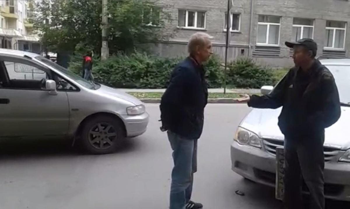 Водитель пострадавшей машины (справа) пытается стыдить пьяного виновника ДТП (в центре)