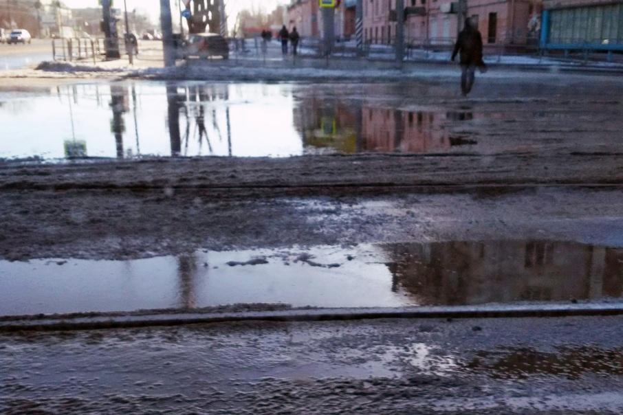 «Фонтан бьёт второй день»: в центре Челябинска затопило перекрёсток