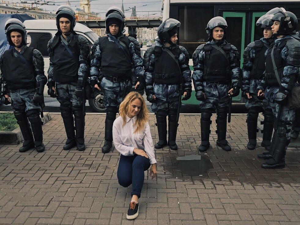 Фото Юлианы, сидящей в окружении готовых к беспорядкам полицейских, вызвало ажиотаж в нижегородских группах соцсетей