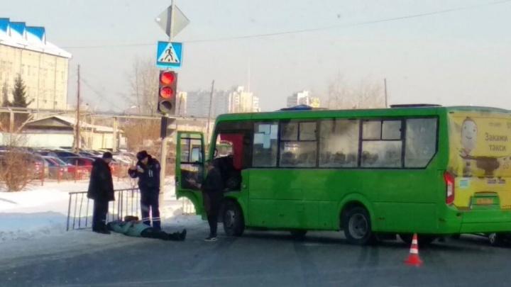 На улице Щербакова маршрутка сбила 39-летнюю женщину. Она лежала на проезжей части