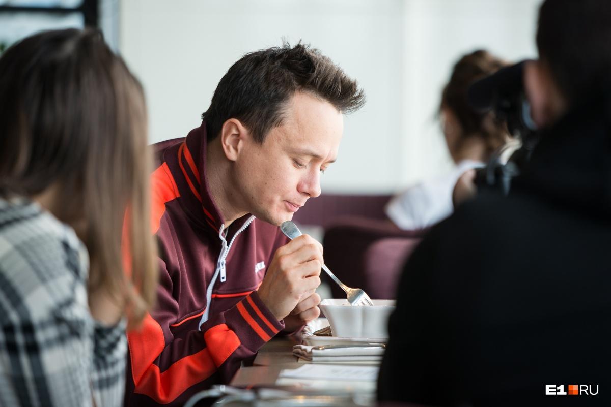 Илья Соболев отобедал в ресторане и параллельно сфотографировался с парочкой поклонников