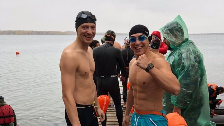 Екатеринбургские моржи открыли сезон на Шарташе, проплыв 2300 метров в холодной воде