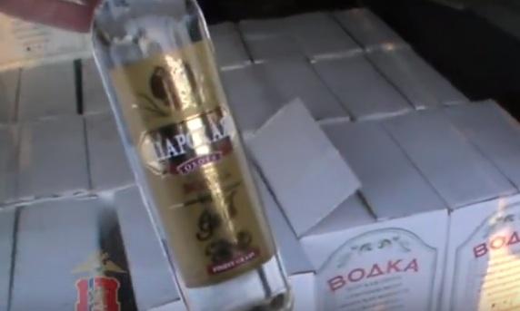 Как выкручиваются продавцы палёной водки, когда их принимает полиция. Видео задержания