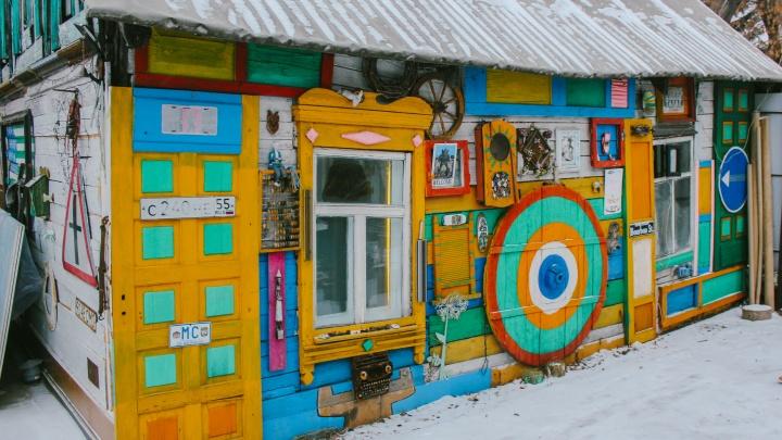 Омский «Беднотаун»: фоторепортаж из дома художника Дамира Муратова