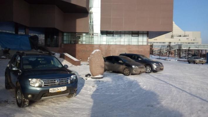 Стихийная парковка у памятника жертвам политических репрессий оказалась законной, но временной