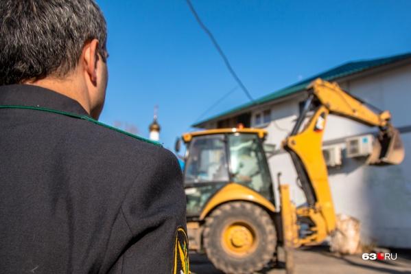 СотрудникУФССП России по Самарской области должен был организовать снос здания по решению суда