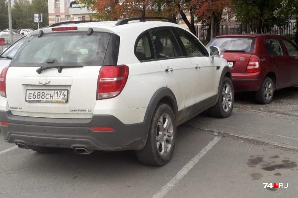 Владелец этого Chevrolet Captiva явно не дружит с глазомером — он перекрыл тротуар между парковочными слотами. Но наш чемпион — ниже