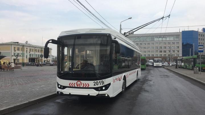 В Красноярске на линию выводят первый новый троллейбус с USB для зарядки телефонов