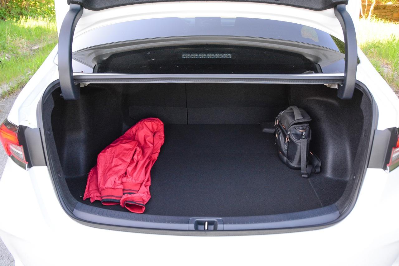 Багажник у Corolla не слишком большой (471 л), а его проблемой остаются не самый развитый проём и вдвижные петли. Зато запаска — полноразмерная даже для версий с 17-дюймовыми «катками», как на фото