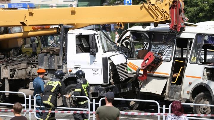 «Люди были в шоке»: автокран без тормозов сбил насмерть челябинца и разворотил маршрутки у остановки