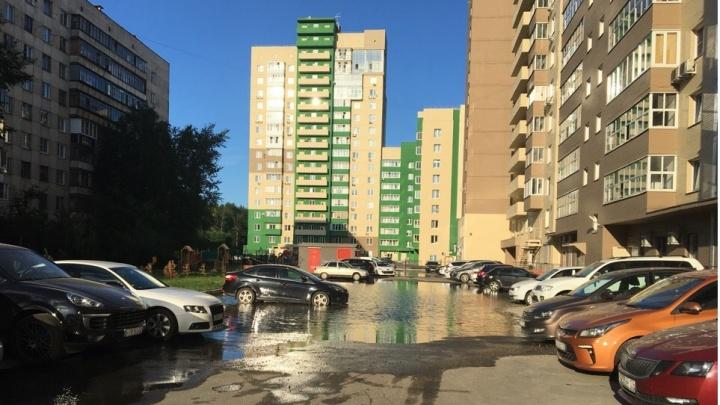 «Третий день тонем»: челябинский двор ушёл под воду из-за прорыва трубы