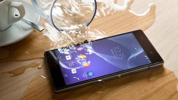 Вода телефону не друг: специалисты рассказали, как спасти смартфон при попадании влаги