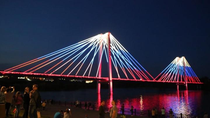 Показываем самые эффектные видео с новым световым шоу на Вантовом мосту