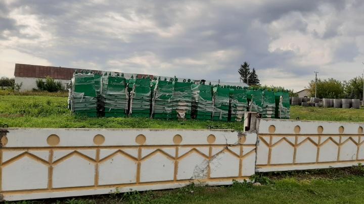 Реформа в деле: житель Башкирии пожаловался, что новые мусорные контейнеры пылятся на автостоянке