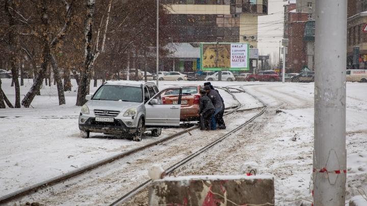 Машина застряла на трамвайных путях за оперным театром и парализовала движение трамваев № 13