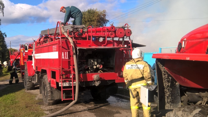 В Старом Кировске загорелось здание заброшенной нефтебазы