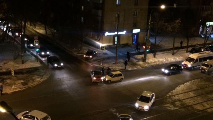 На Уралмаше во время ДТП легковушку выбросило на тротуар с пешеходами
