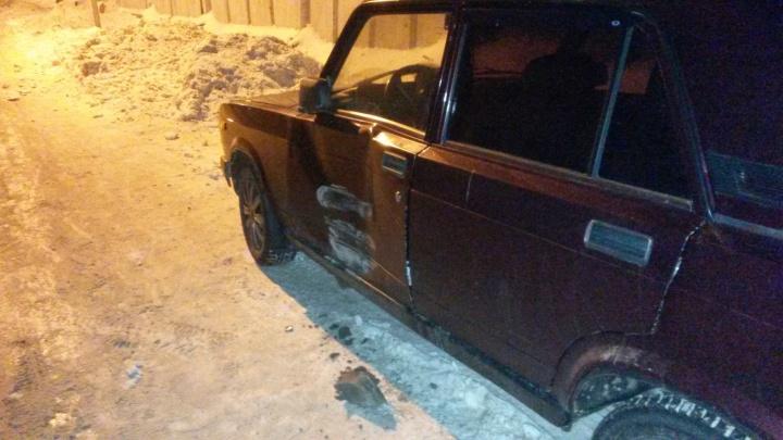 Благородный новосибирец помял чужие «Жигули» на парковке и оставил деньги на ремонт