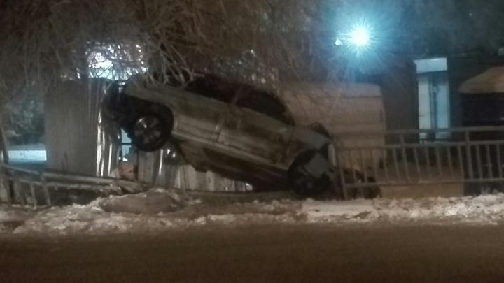 Крутое пике: в Волгограде «четырнадцатая» влетела в забор и встала на два колеса