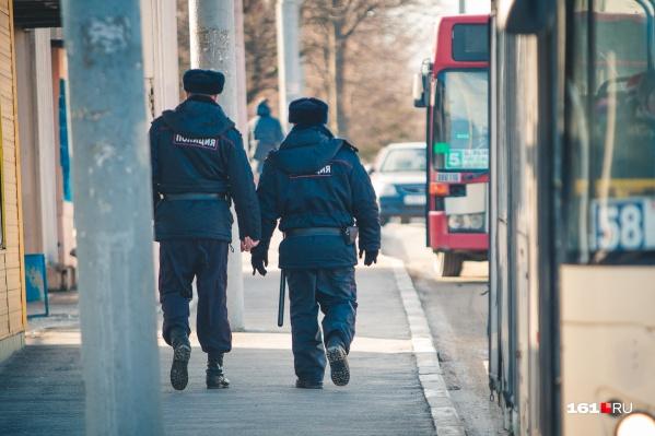 Полицейский пострадал, патрулируя город в наряде