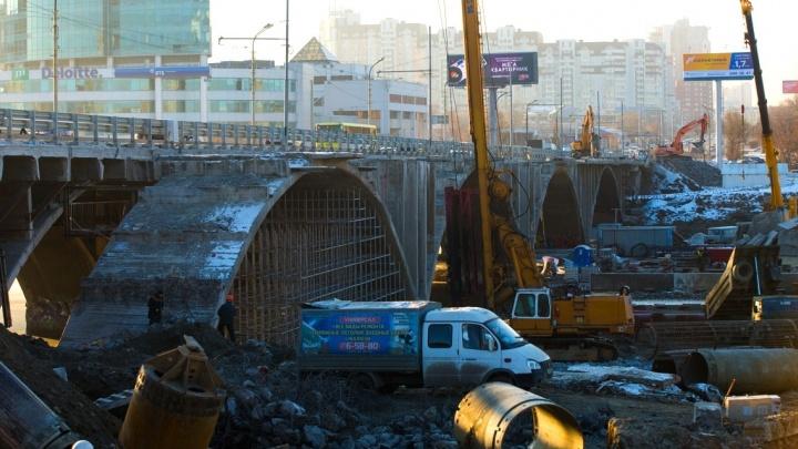Остались одни арки: строители спилили треть Макаровского моста