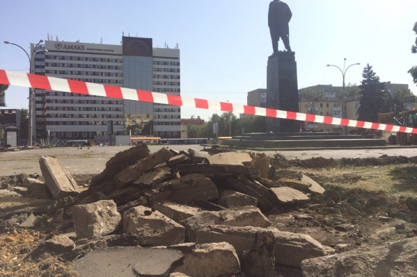 На площади Ленина спилили деревья и начали убирать старую плитку