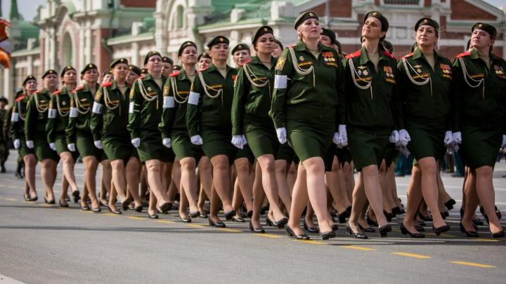 На парад Победы в Новосибирске выйдут 80 женщин в форме