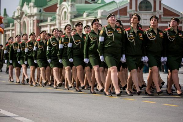 Женщины-военнослужащие на параде в 2017 году
