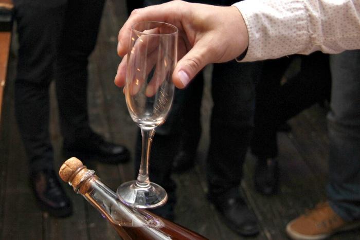 Видео: новосибирцам показали, как открыть бутылку шампанского бокалом