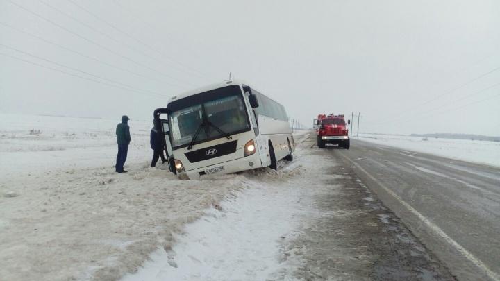 В Самарской области пассажирский автобус угодил в кювет