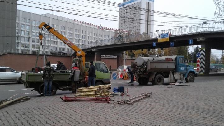 Под виадуком на Опере демонтировали заборчики вдоль дороги: обратно их возвращать не будут