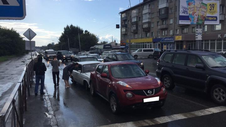 Массовая авария на левом берегу: три автомобиля столкнулись на важном перекрёстке