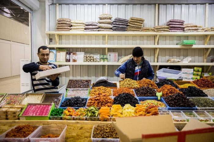 Продавцы «Фудсиба» раскладывают товары перед открытием