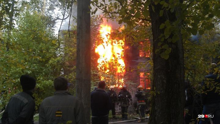 «Дом нежилой»: на Северодвинской улице в Архангельске загорелась двухэтажная деревяшка