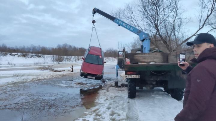 Житель Котласа провалился на машине под лёд