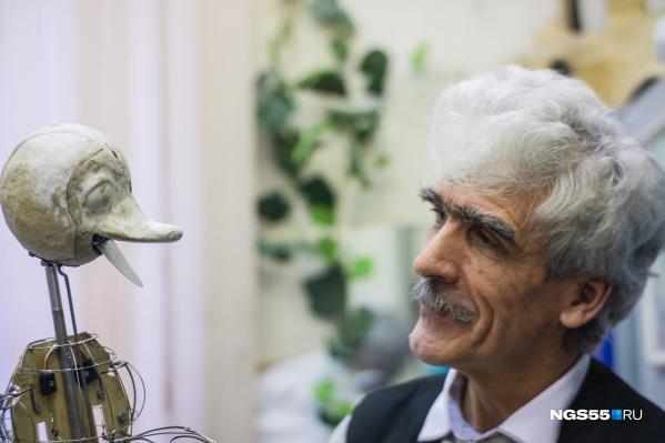 Этого гусёнка Александр Колдунов сделал своими руками. Но прежде он отдельно проработал каждую его часть: клюв, крылья, лапки и хвостик
