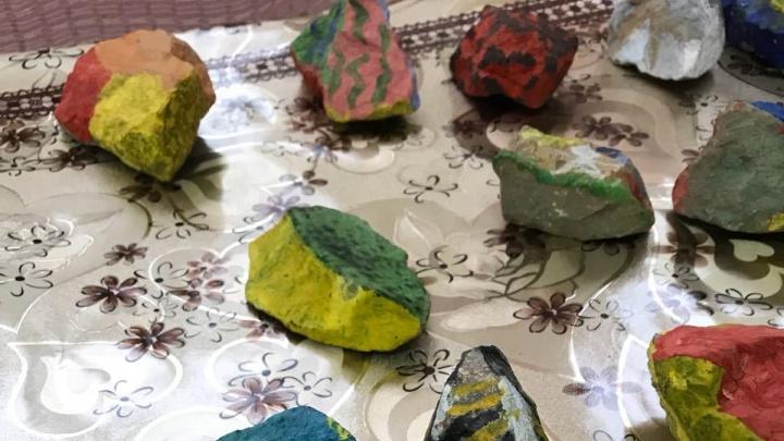 В школе «Северного» научились выявлять суицидальные настроения у детей по рисункам на камнях