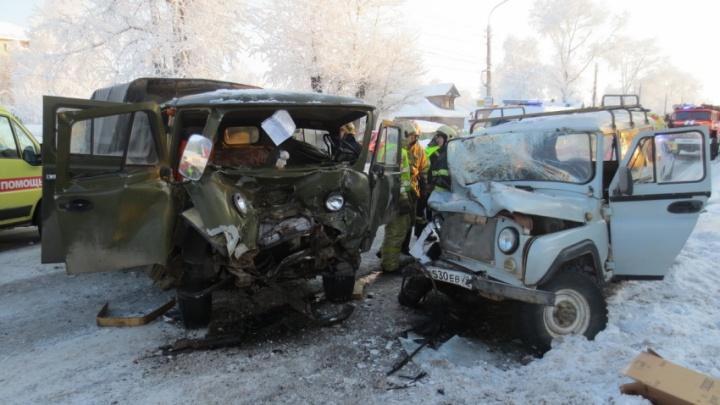 В Архангельске столкнулись два УАЗа: четырех человек госпитализировали