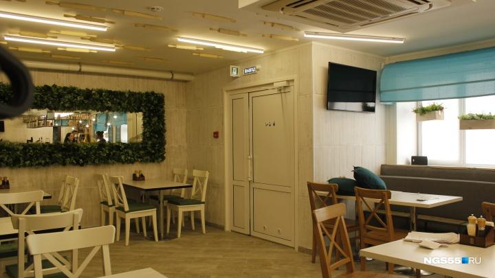 Известный омский шеф-повар открыл у «Галактики» семейное кафе со скалками на потолке