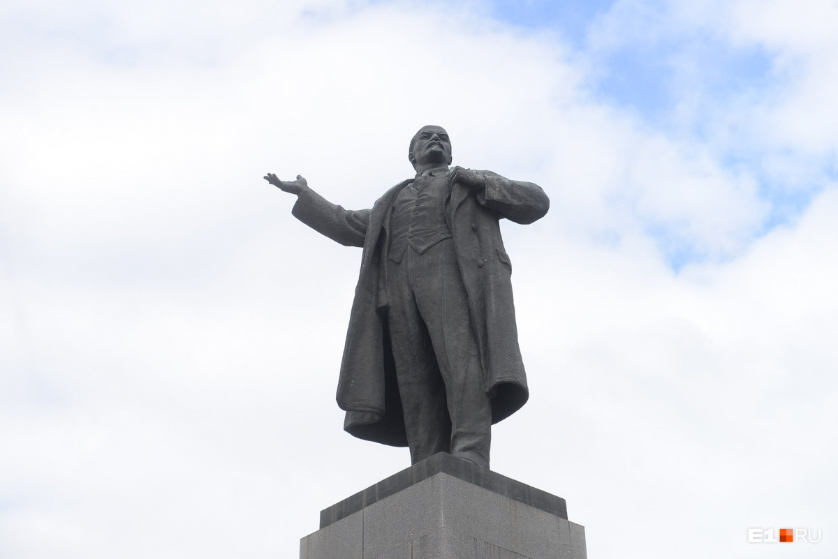 С днём рождения, Ильич: на постаменте памятника Ленину появились наклейки «Подлежит демонтажу»