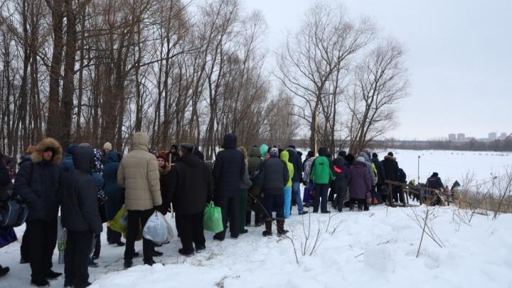 «Людей пускают максимум по 20 человек»: как работает одна из новосибирских купелей из-за угрозы проседания льда
