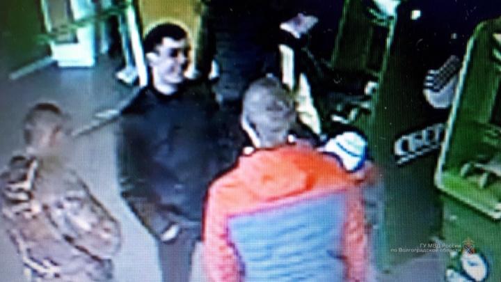 Смеялись под камерами: полиция ищет волгоградцев, напавших на зазевавшегося специалиста в Сбербанке